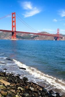 Vue verticale du célèbre golden gate bridge à san francisco, californie, usa