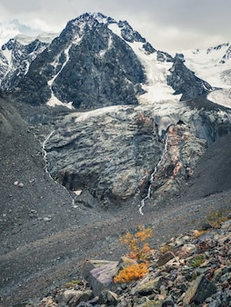 Vue verticale du grand glacier en automne, haut dans les montagnes, couvert de neige et de glace. paysage d'hiver de l'altaï.
