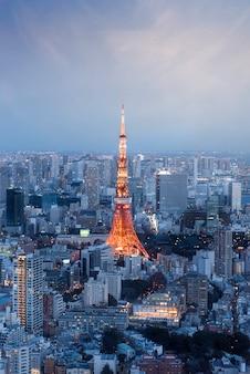 Vue verticale du japon avec la tour de tokyo au coucher du soleil