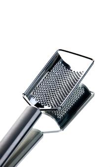 Vue verticale de l'éplucheur de fromage de cuisine en acier inoxydable sur fond blanc isolé