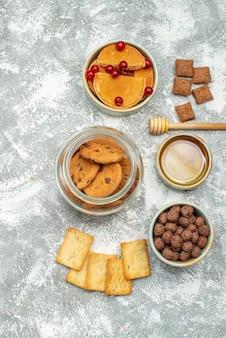 Vue verticale de gâteaux faits maison et biscuits au chocolat dans un bocal en verre sur bleu