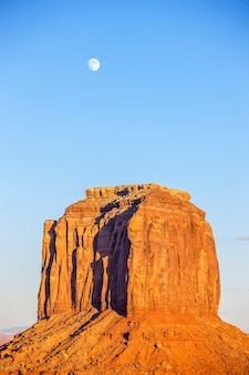 Vue verticale de monument valley avec lune