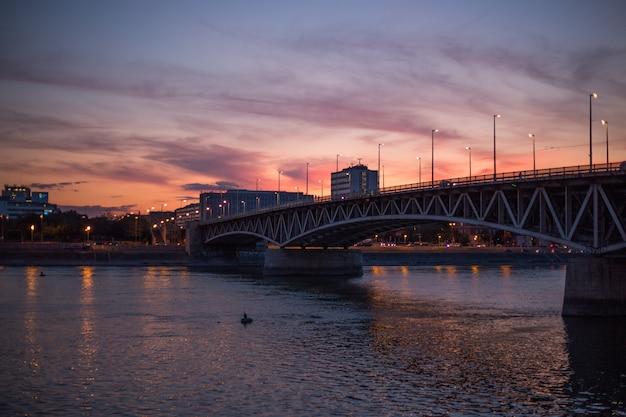 Vue sur la vieille ville de budapest au coucher du soleil