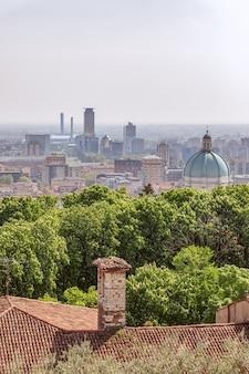 Vue sur la vieille ville avec le dôme de la cathédrale et le centre-ville de brescia. lombardie, italie