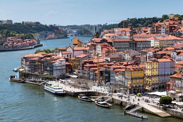 Vue sur la vieille ville de porto avec le fleuve douro, portugal
