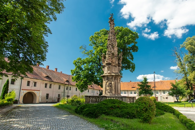 Vue sur les vieilles maisons de l'abbaye de henrykow en basse silésie, pologne
