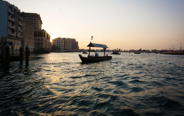 Vue sur le vieux dubaï avec bateau abra en bois flottant