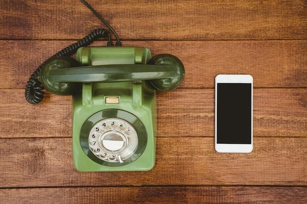 Vue d'un vieux téléphone et d'un smartphone