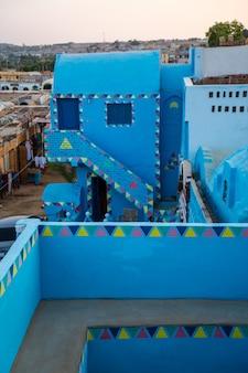 Vue sur le village depuis une belle terrasse d'une maison bleue traditionnelle dans un village nubien