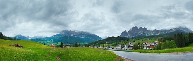 Vue sur le village de montagne des dolomites italiennes d'été