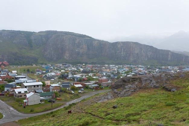 Vue sur le village de montagne d'el chalten, patagonie, argentine. paysage urbain d'el chaltén