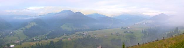 Vue sur le village de montagne d'été du matin. sept clichés piquent l'image.