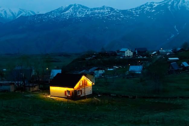 Vue sur le village de montagne la nuit en géorgie