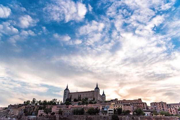 Vue de la ville d'alcazar de tolède un jour nuageux