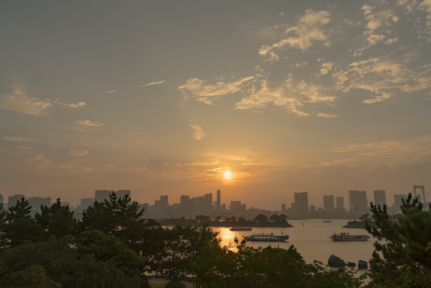 Vue sur la ville au bord de la rivière au coucher du soleil