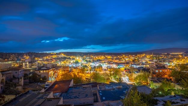 Vue de la ville de cappadoce de nuit en turquie