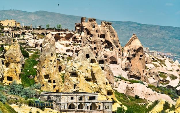 Vue sur la ville et le château d'uchisar depuis la vallée des pigeons en cappadoce, turquie