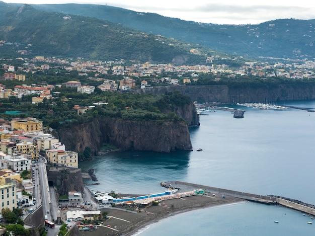 Vue d'une ville côtière, côte amalfitaine, salerne, campanie, italie
