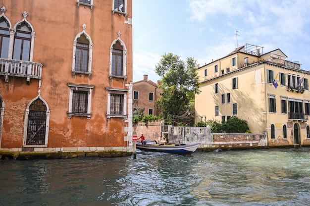 Vue de la ville depuis le grand canal, centre historique.