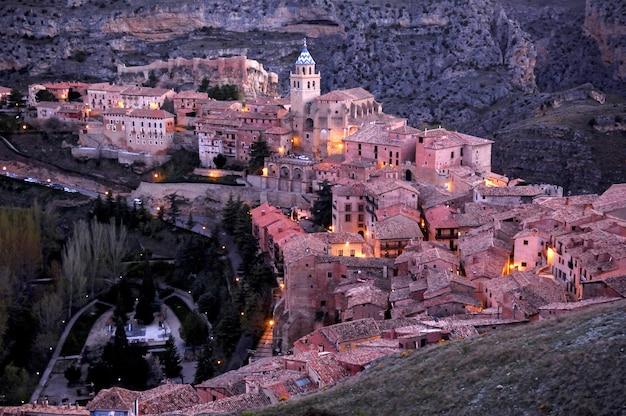 Vue de la ville espagnole en soirée