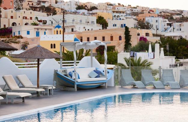 Vue de la ville de fira depuis un complexe avec piscine.