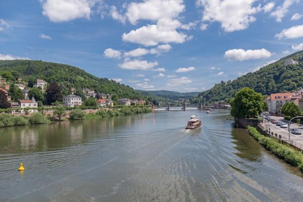 Vue sur la ville de heidelberg, sur les rives du neckar dans le sud-ouest de l'allemagne.