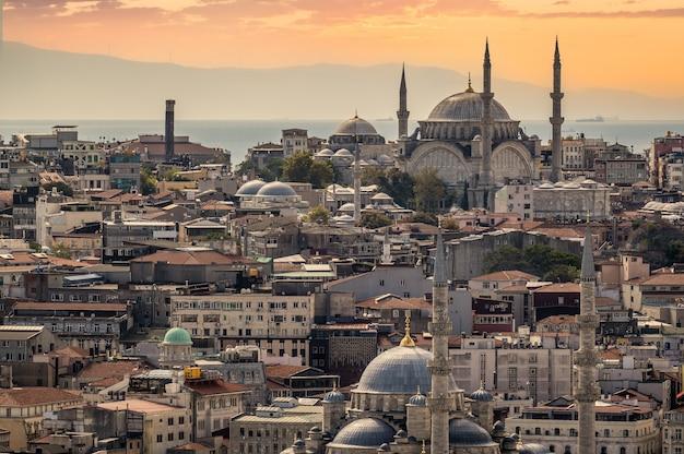 Vue sur la ville d'istanbul sur la mosquée avec le quartier de sultanahmet contre le ciel et les nuages du coucher du soleil