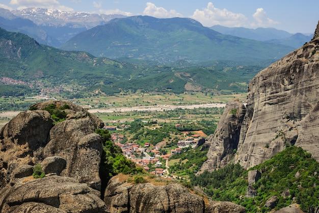 Vue sur la ville de kalabaka depuis les rochers des météores, grèce