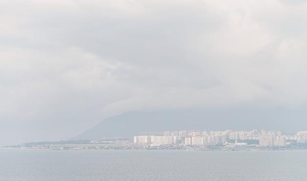 Vue sur la ville de novorossijsk un jour d'été brumeux, mer et montagnes à travers le brouillard
