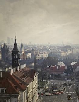 Vue d'une ville par temps nuageux