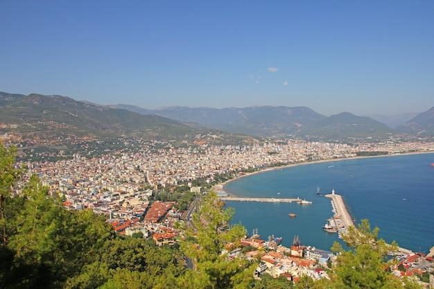 Vue sur la ville et le port d'alanya
