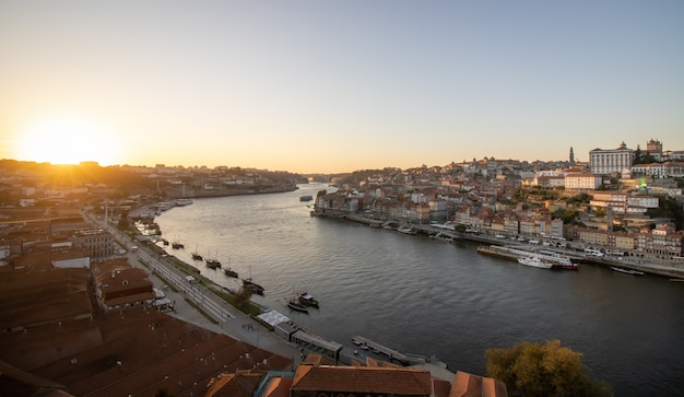 Vue sur la ville de porto et le quartier de ribeira au portugal