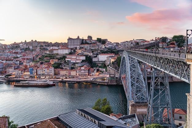 Vue sur la ville de porto et le quartier de ribeira au portugal.