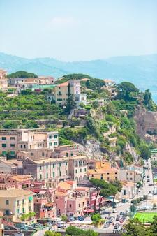Vue de la ville de positano avec des fleurs