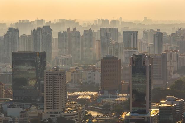 Vue de la ville de singapour au coucher de soleil brumeux