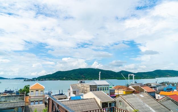 Vue sur la ville de songkla avec ciel bleu et baie en thaïlande