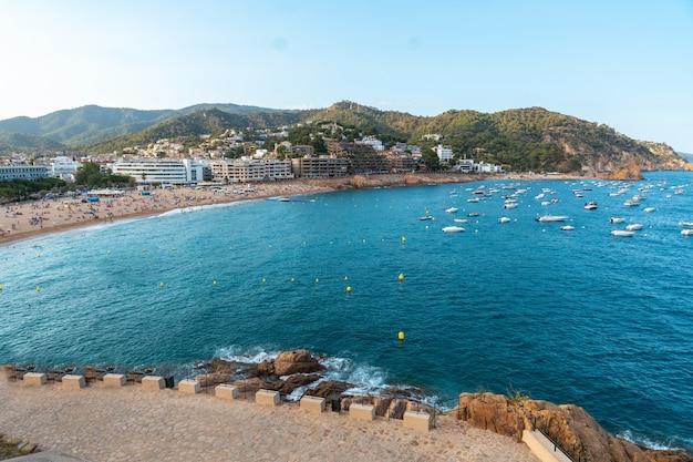 Vue sur la ville de tossa de mar en été depuis le château, gérone sur la costa brava de catalogne en méditerranée