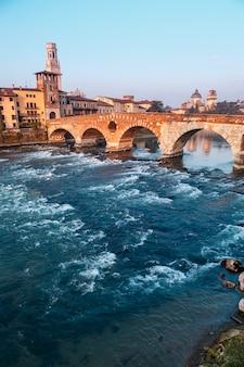 Vue de la ville de vérone avec le dom santa maria matricolare et le pont romain ponte pietra sur le fleuve adige à vérone. italie. l'europe .