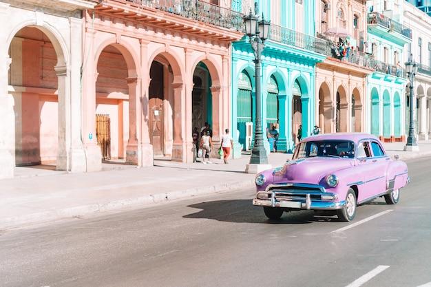 Vue de la voiture vintage classique jaune dans la vieille havane, cuba