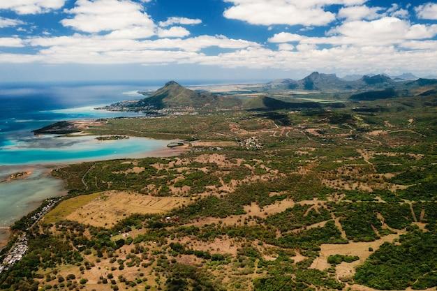 Vue à vol d'oiseau sur les montagnes et les champs de l'île maurice.paysages de l'île maurice.
