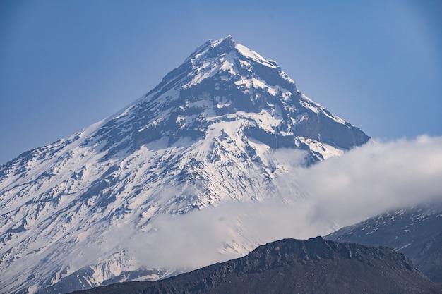 Vue sur le volcan kamen, le volcan klyuchevskoy actif et le volcan bezymianny actif.