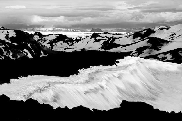 Vue de vulcano aux champs de neige