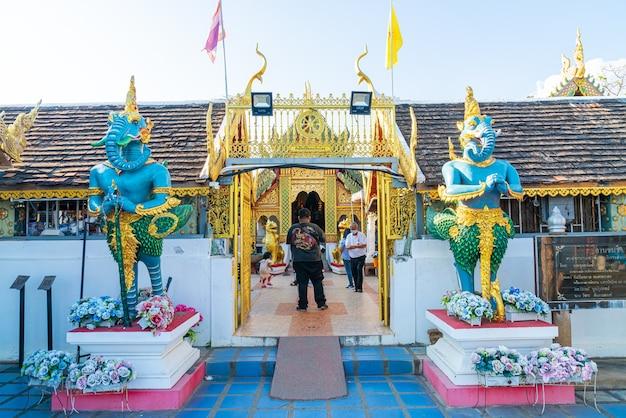 Vue sur wat phra that doi kham (golden temple) à chiang mai, thaïlande. ce temple est perché sur la colline de doi kham, entouré de magnifiques paysages montagneux.