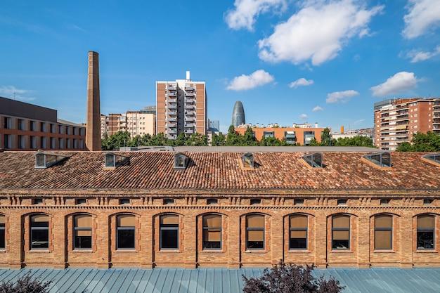 Une vue de la zone de l'ancien quartier industriel de poblenou converti en nouveau quartier moderne à barcelone, espagne