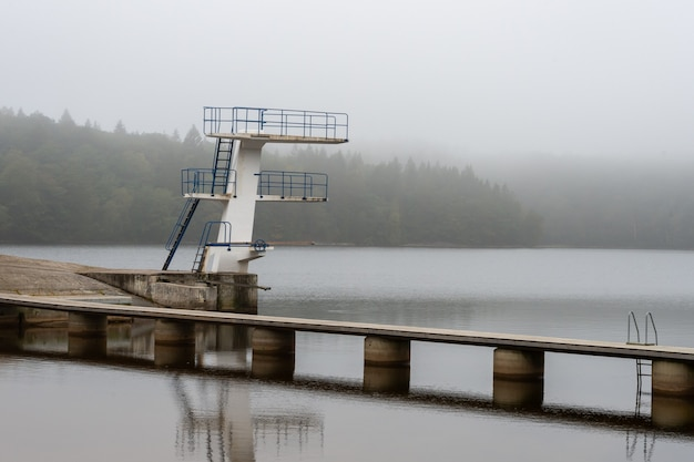 Vue sur une zone de baignade, une tour de saut avec échelles