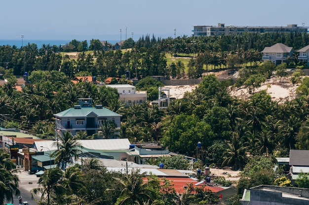 Vue de la zone de villégiature à mui ne au vietnam depuis le sommet du toit de l'hôtel
