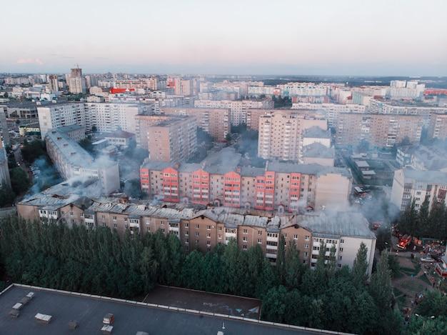 Vues aériennes d'une maison en train de brûler
