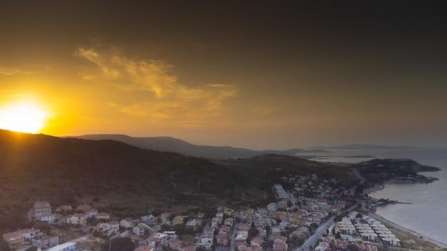 Vues aériennes d'une petite ville maritime urla izmir. photo de haute qualité