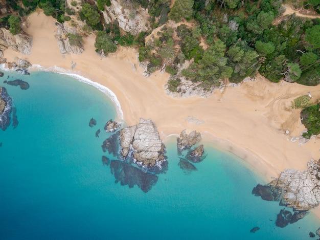 Vues aériennes des rochers dans la mer par une journée ensoleillée.