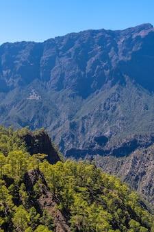 Vues depuis le mirador de los roques sur la montagne la cumbrecita sur l'île de la palma à côté de la caldera de taburiente, îles canaries. espagne